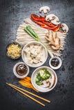 Divers végétarien asiatique faisant cuire des ingrédients et des baguettes avec le tofu, nouilles, gingembre, légumes coupés, pou Image libre de droits