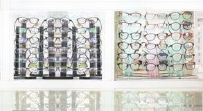 Divers van glazen op verkoop in de winkel Royalty-vrije Stock Afbeeldingen