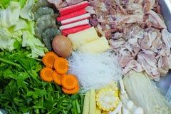 Divers van ruw voedsel tref voor hotpot of suki voorbereidingen Stock Afbeelding