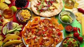 Divers vers gemaakt Mexicaans voedselassortiment Geplaatst op kleurrijke lijst stock footage