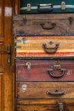 Divers vieux Wooden Suitcases modèle dans un magasin d'antiquités photographie stock