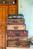 Divers vieux Wooden Suitcases modèle dans un magasin d'antiquités photo libre de droits