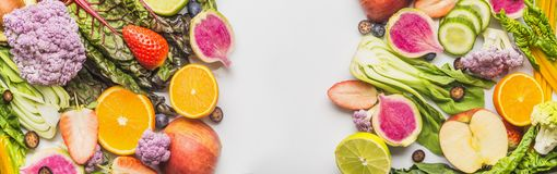 Diversa bandera o plantilla de las frutas y verduras del verano en la visión blanca, superior Fondo del alimento Forma de vida sa imagenes de archivo