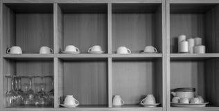 Diversa cerámica en armario de la cocina fotografía de archivo libre de regalías