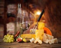 Diversa clase de queso con el vino Imagenes de archivo