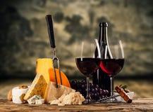 Diversa clase de queso con el vino Fotos de archivo