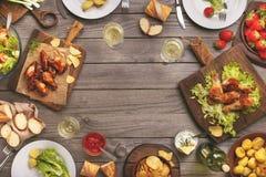 Diversa comida cocinada en la parrilla Imagen de archivo