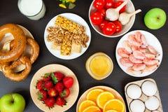 Diversa comida de la alergia en la tabla de madera Visi?n superior fotos de archivo libres de regalías