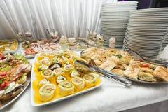 Diversa comida en la tabla Imagenes de archivo