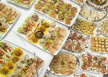 Diversa comida en la tabla Fotos de archivo
