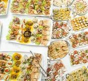 Diversa comida en la tabla Imagen de archivo