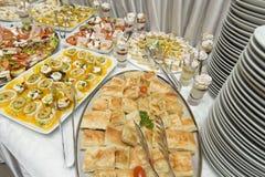 Diversa comida en la tabla Fotos de archivo libres de regalías