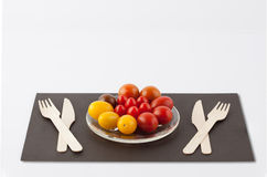 Diversa composición coloreada de los tomates y de los utensilios de cereza Foto de archivo