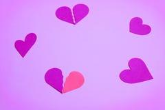 Diversa forma de corazones en un círculo, fondo violado claro Fotografía de archivo libre de regalías