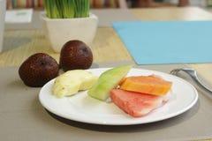 Diversa fruta en el plato Fotos de archivo