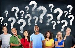 Diversa gente che pensano e punti interrogativi Fotografie Stock