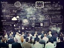 Diversa gente di affari che impara circa i media sociali Fotografia Stock Libera da Diritti