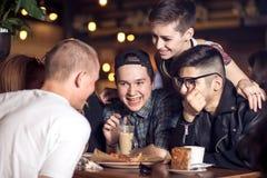 Diversa gente Hang Out Pub Friendship fotografie stock