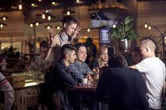Diversa gente Hang Out Pub Friendship fotografia stock libera da diritti