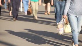 Diversa gente irreconocible anónima que camina abajo de la calle grande ocupada de la ciudad almacen de video