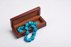 Diversa joyería hermosa del ` s de las mujeres en una caja de madera Foto de archivo libre de regalías