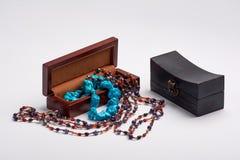 Diversa joyería hermosa del ` s de las mujeres en una caja de madera Imágenes de archivo libres de regalías