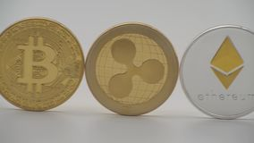 diversa moneda física del metal 4K en el fondo blanco Cryptocurrency moneda-Dan ilustración del vector