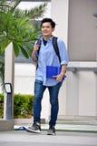 Diversa persona dell'istituto universitario astuto con i libri che cammina sulla città universitaria fotografia stock libera da diritti