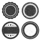 Diversa plantilla de la insignia del grunge cuatro, viejo rasguñada negro del sello del círculo diseñado Imagenes de archivo