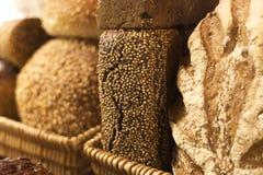 Diversas barras de pan en cestas Fotografía de archivo libre de regalías