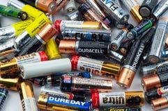 Diversas baterías usadas mienten en un montón fotos de archivo