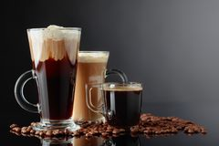 Diversas bebidas del café en un fondo negro fotos de archivo