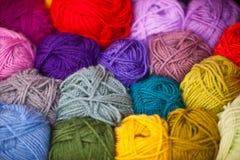 Diversas bolas coloridas del hilo de las lanas Imagen de archivo