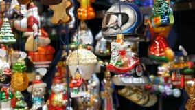 Diversas bolas y juguetes hermosos de la Navidad para adornar el abeto de la Navidad en el contador del mercado Inscripción en al metrajes