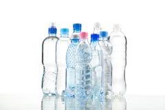 Diversas botellas de agua aisladas en blanco Foto de archivo libre de regalías