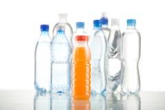 Diversas botellas de agua aisladas en blanco Imagen de archivo