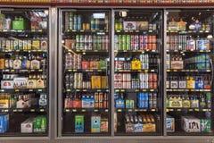 Diversas botellas de arte, microbrew, IPA, nacional e importado Foto de archivo