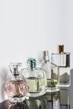 Diversas botellas de perfume con reflexiones Perfumería, cosméticos Espacio libre para el texto fotos de archivo