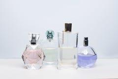 Diversas botellas de perfume en el fondo blanco Perfumería, cosméticos imagen de archivo