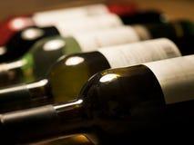 Diversas botellas de vino en fila Imagen de archivo libre de regalías