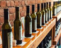 Diversas botellas del aceite de oliva en estante Foto de archivo