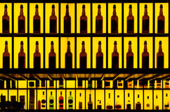 Diversas botellas del alcohol en una barra Imagen de archivo libre de regalías