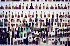 Diversas botellas del alcohol en una barra, entonada fotos de archivo libres de regalías