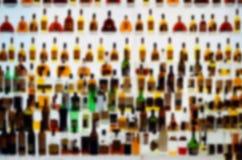 Diversas botellas del alcohol en una barra, falta de definición fuerte Imagen de archivo libre de regalías