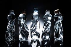 Diversas botellas plásticas arrugadas de agua en fila Imagen de archivo libre de regalías