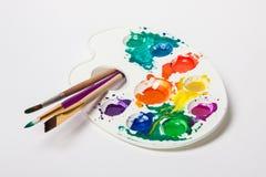 Diversas brochas y paleta de colores del tamaño imagen de archivo libre de regalías