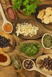 Diversas clases de especias en la tabla de cocina Comida del condimento Ventas de especias exóticas Publicidad en las especias Imágenes de archivo libres de regalías