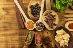 Diversas clases de especias en la tabla de cocina Comida del condimento Ventas de especias exóticas Publicidad en las especias Foto de archivo libre de regalías