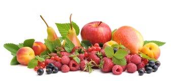 Diversas clases de fruta y de baya: fresas, frambuesas, pasas, peras, manzana y albaricoques imagen de archivo libre de regalías