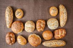 Diversas clases de panes integrales y de rollos Foto de archivo libre de regalías